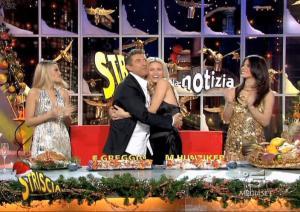 Michelle-Hunziker--Lucia-Galeone--Vera-Atyushkina--Striscia-La-Notizia--30-12-04--1