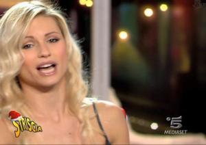 Michelle-Hunziker--Striscia-La-Notizia--21-12-04--3