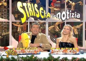Michelle-Hunziker--Striscia-La-Notizia--28-12-04--5
