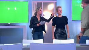 Anne-Sophie Lapix et Karin Viard dans C à Vous - 14/01/14 - 10