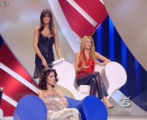 Adriana Volpe et Manuela Arcuri dans Scherzi à Parte Story - 18/07/09 - 07