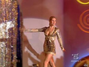 Michelle Hunziker dans Striscia la Notizia - 31/10/06 - 06