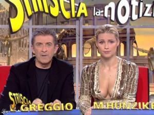 Michelle Hunziker dans Striscia la Notizia - 31/10/06 - 55