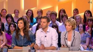 Elise Chassaing dans le Grand Journal De Canal Plus - 28/04/10 - 8