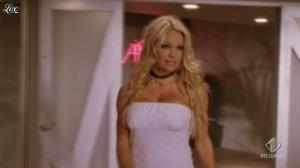Pamela Anderson dans VIP - 05/08/11 - 02