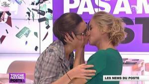 Amélie Poirier-Coutansais et Enora Malagré dans Touche pas à Mon Poste - 26/10/12 - 03