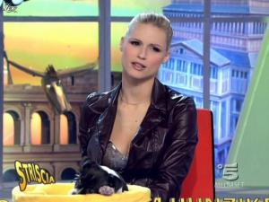 Michelle Hunziker dans Striscia la Notizia - 20/02/10 - 07