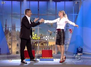 Michelle Hunziker dans Striscia la Notizia - 12/10/06 - 01
