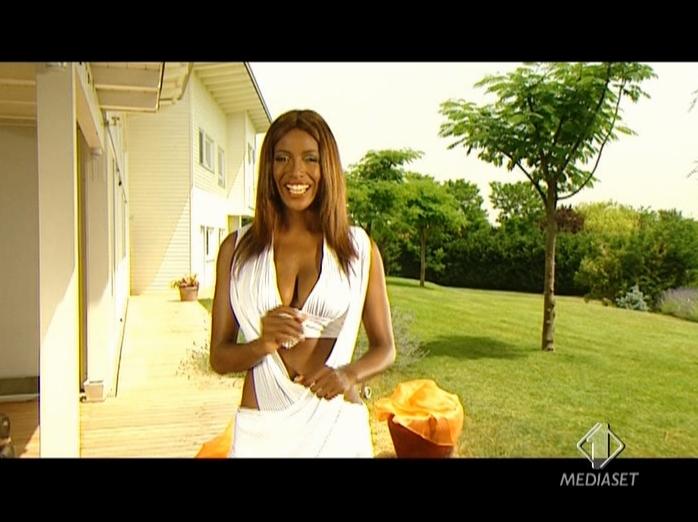 Ainett Stephens dans RTV. Diffusé à la télévision le 06/10/07.