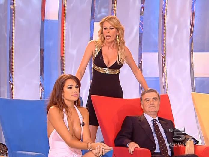 Alena Seredova et Alessia Marcuzzi dans Scherzi à Parte. Diffusé à la télévision le 17/04/05.