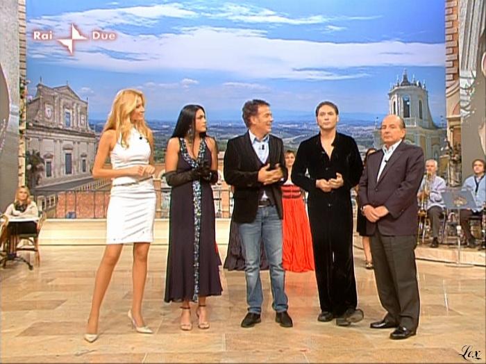 Adriana Volpe dans I Fatti Vostri. Diffusé à la télévision le 02/11/09.