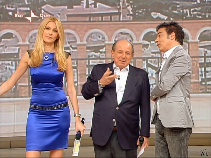 Adriana Volpe dans I Fatti Vostri. Diffusé à la télévision le 06/05/10.