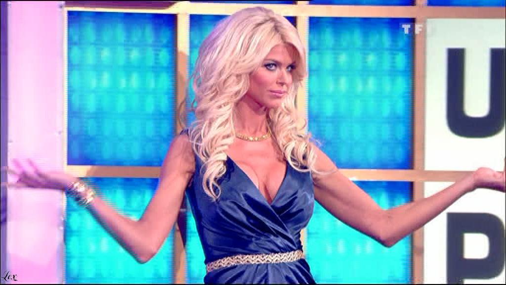 Victoria Silvstedt dans la Roue De La Fortune. Diffusé à la télévision le 09/06/10.