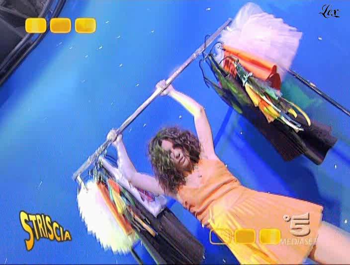 Le Veline et Lucia Galeone dans Striscia La Notizia. Diffusé à la télévision le 02/12/04.