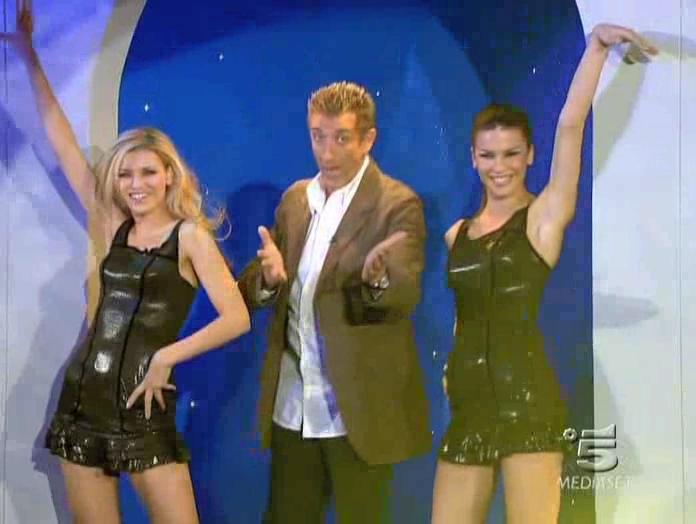 Le Veline, Lucia Galeone et Vera Atyushkina dans Striscia La Notizia. Diffusé à la télévision le 16/02/05.