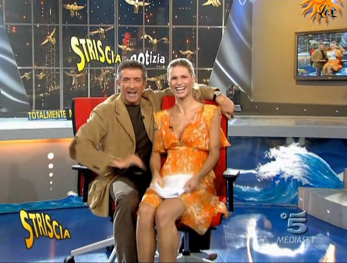 Michelle Hunziker dans Striscia La Notizia. Diffusé à la télévision le 13/11/04.