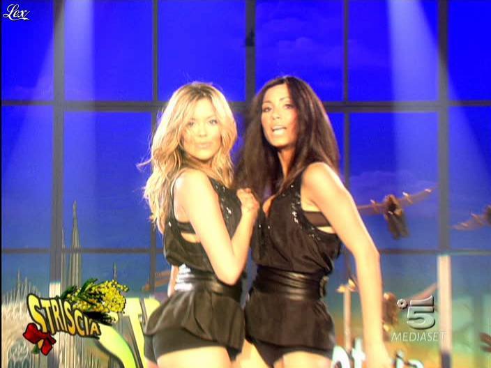 Costanza Caracciolo et FederiÇa Nargi dans Striscia la Notizia. Diffusé à la télévision le 07/03/09.