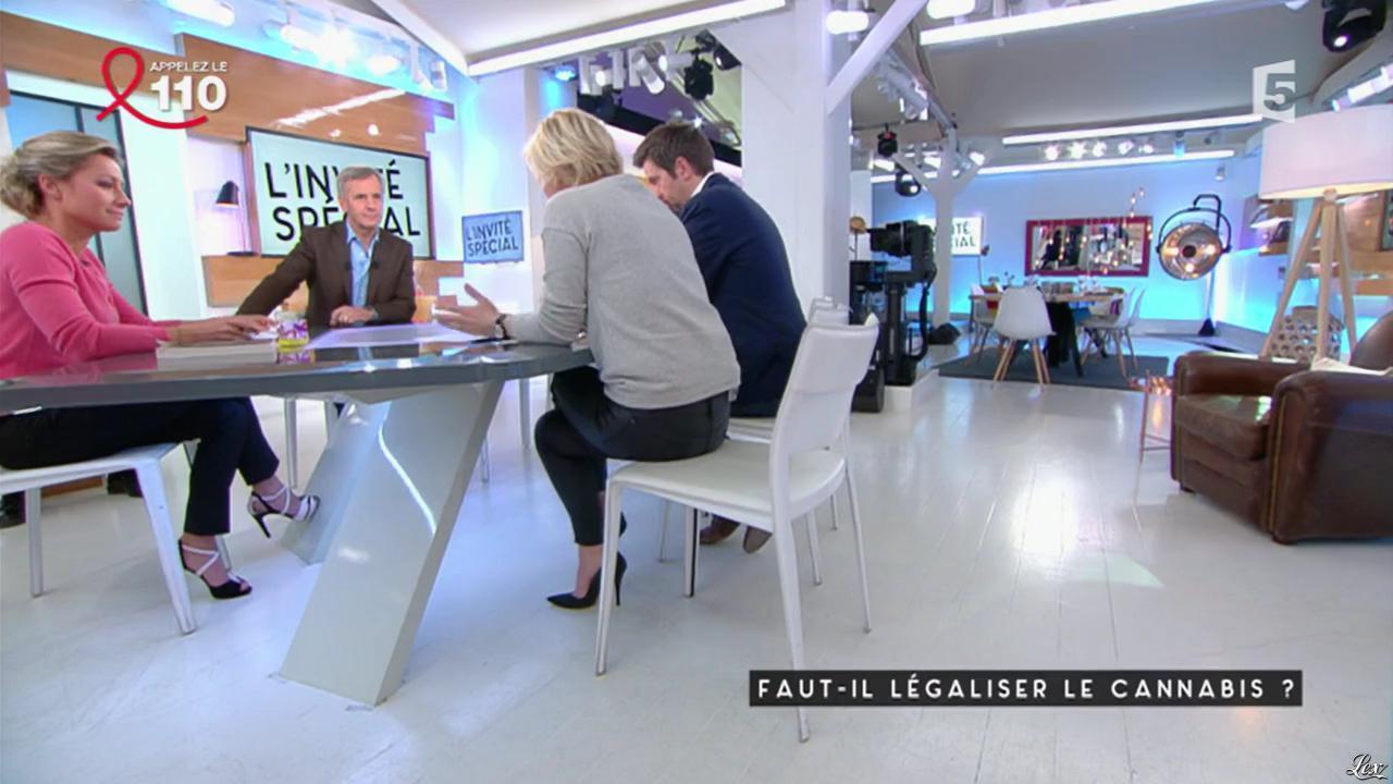 Anne-Elisabeth Lemoine et Anne-Sophie Lapix dans C à Vous. Diffusé à la télévision le 24/03/17.