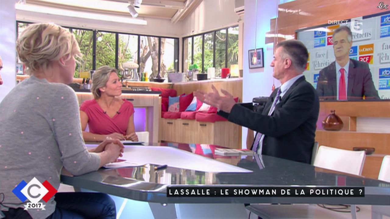 Anne-Elisabeth Lemoine dans C à Vous. Diffusé à la télévision le 30/03/17.