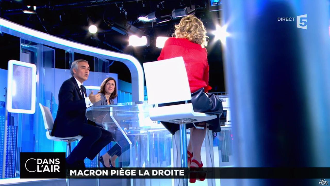 Caroline Roux dans C dans l'Air. Diffusé à la télévision le 16/05/17.