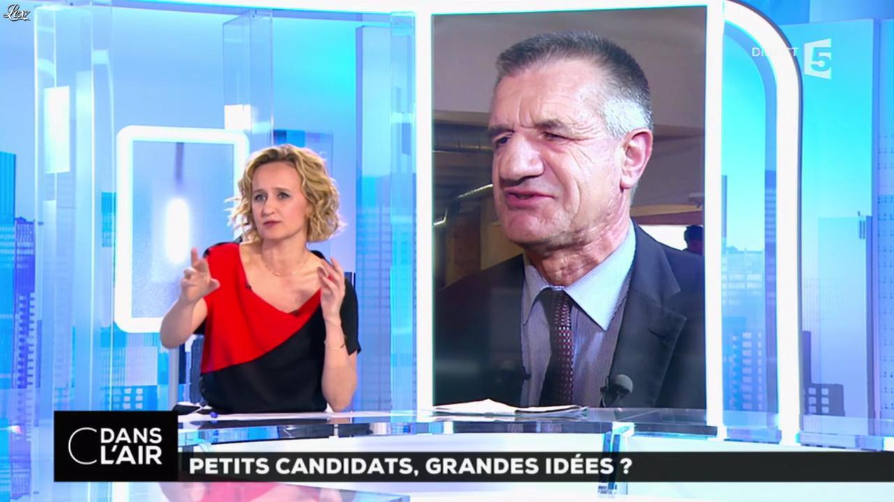 Caroline Roux dans C dans l'Air. Diffusé à la télévision le 19/04/17.