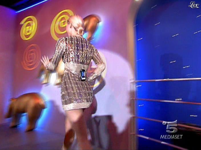 Michelle Hunziker dans Striscia la Notizia. Diffusé à la télévision le 31/10/06.