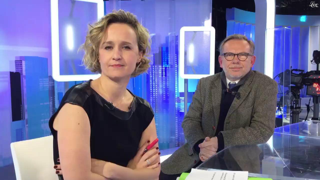 Caroline Roux dans Facebook de C dans l'Air. Diffusé à la télévision le 03/01/17.
