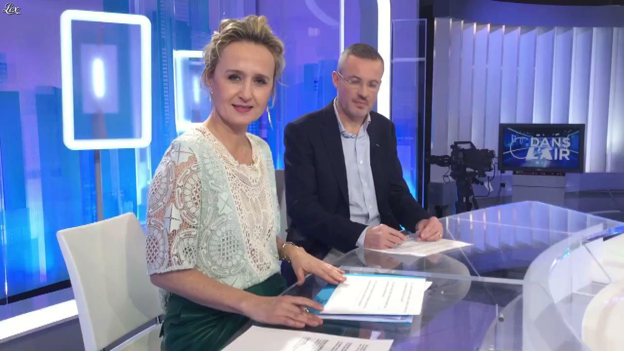 Caroline Roux dans Facebook de C dans l'Air. Diffusé à la télévision le 13/02/18.