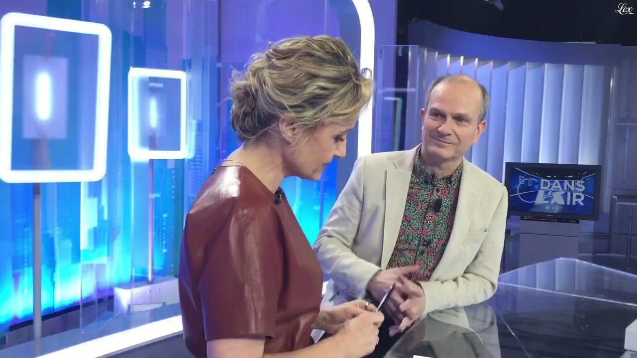 Caroline Roux dans Facebook de C dans l'Air. Diffusé à la télévision le 20/03/18.