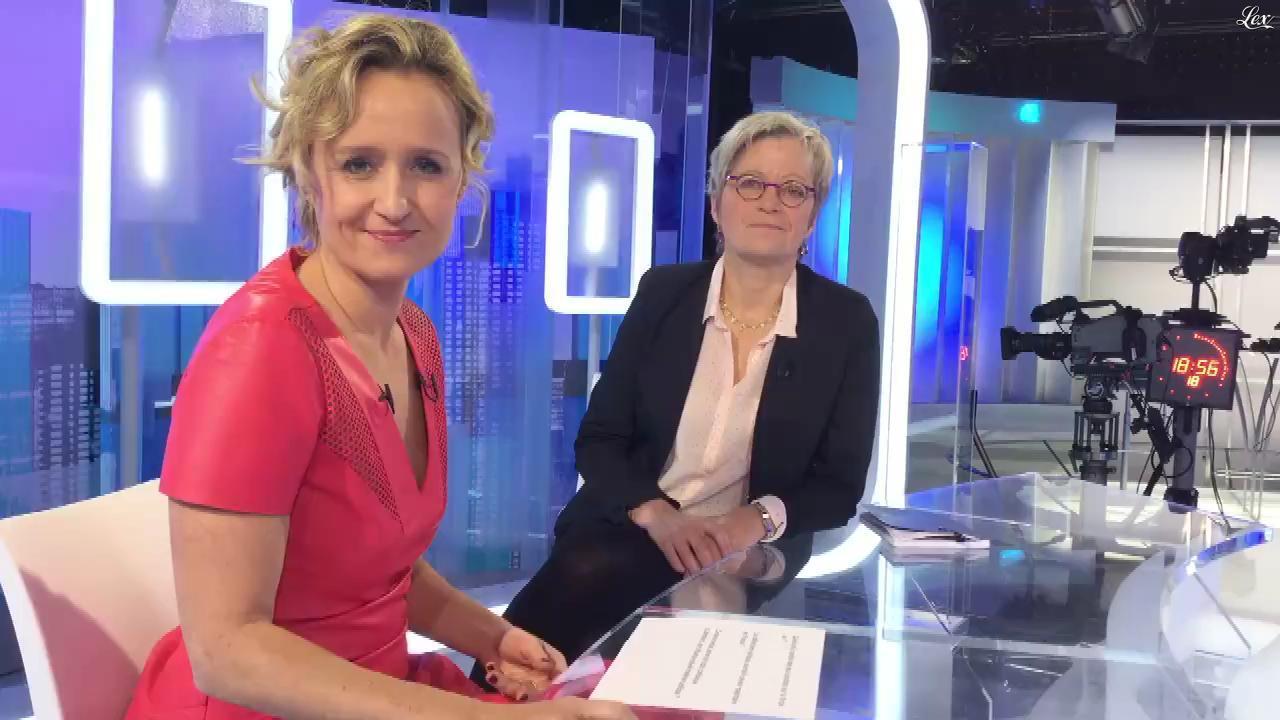 Caroline Roux dans Facebook de C dans l'Air. Diffusé à la télévision le 24/11/16.
