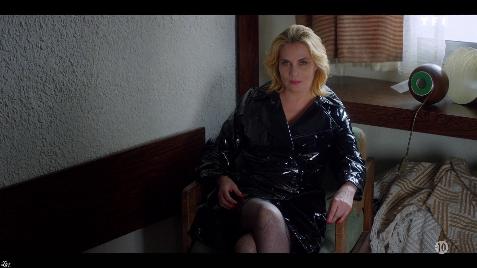 Emmanuelle Seigner dans Insoupconnable. Diffusé à la télévision le 04/10/18.