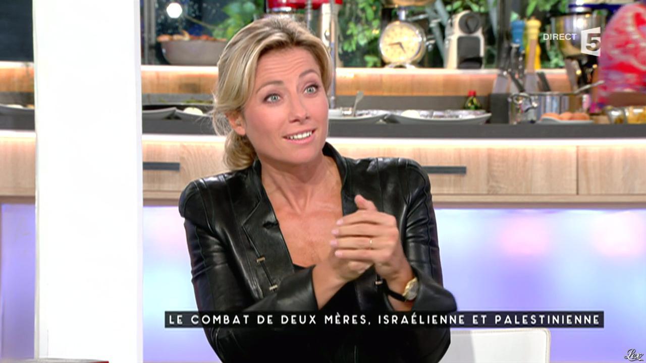 Anne-Sophie Lapix dans C à Vous. Diffusé à la télévision le 14/10/15.