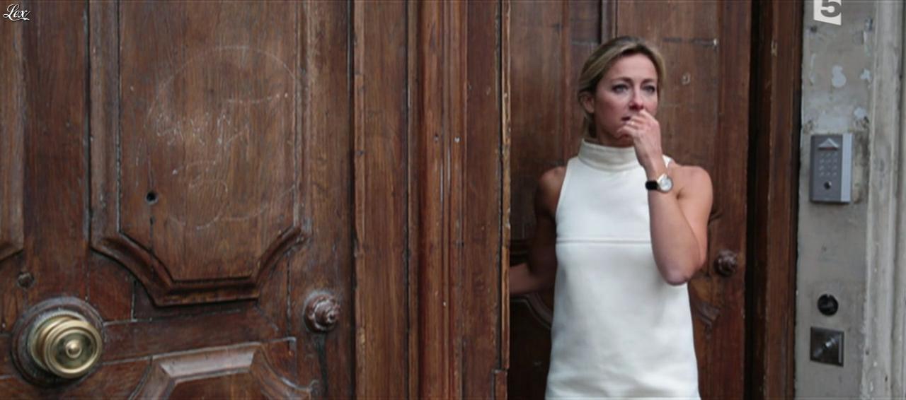 Anne-Sophie Lapix dans C à Vous. Diffusé à la télévision le 27/10/15.