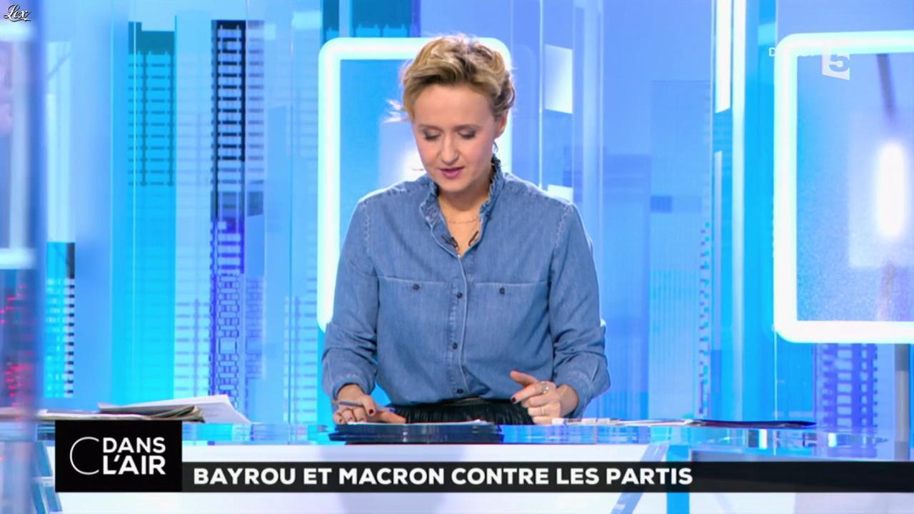 Caroline Roux dans C dans l'Air. Diffusé à la télévision le 23/02/17.
