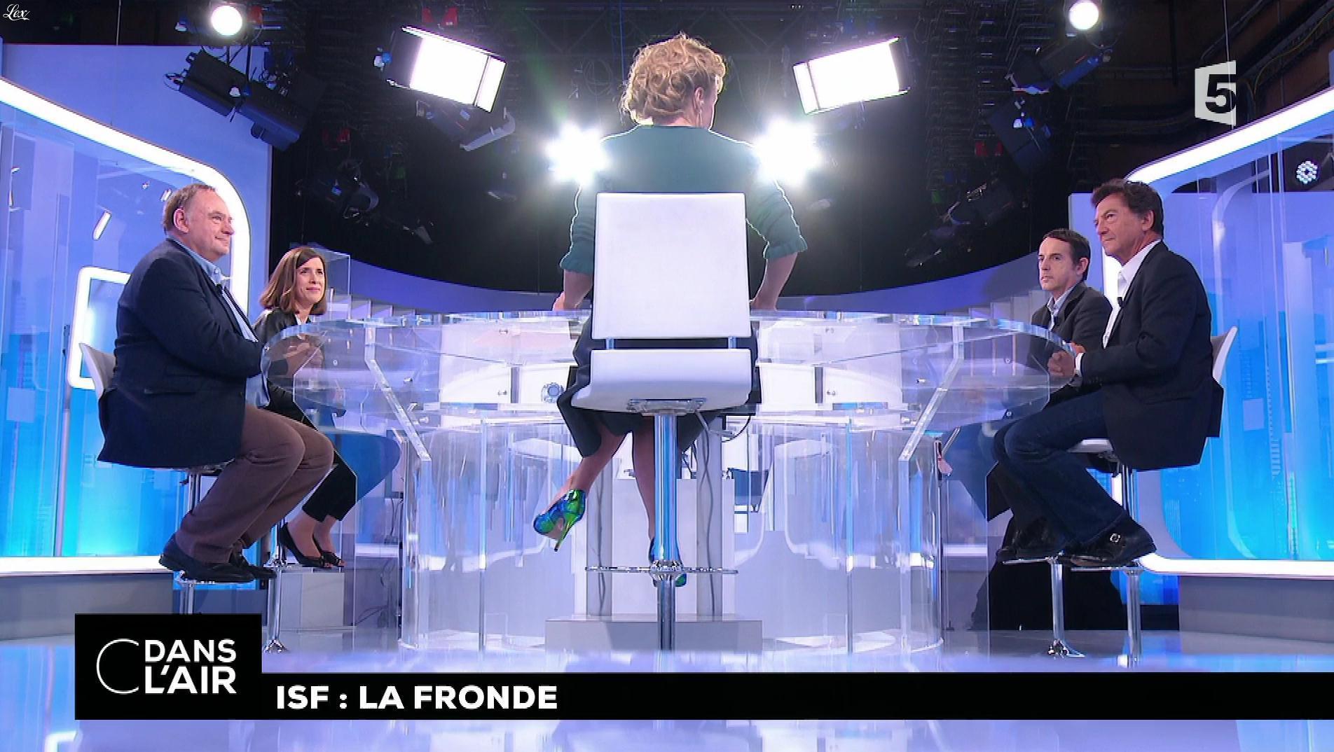 Caroline Roux dans C dans l'Air. Diffusé à la télévision le 19/10/17.