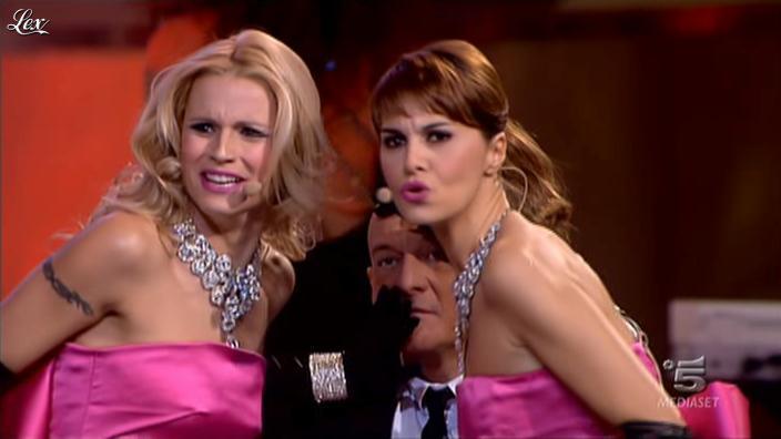 Paola Cortellesi et Michelle Hunziker dans Zelig. Diffusé à la télévision le 20/01/12.