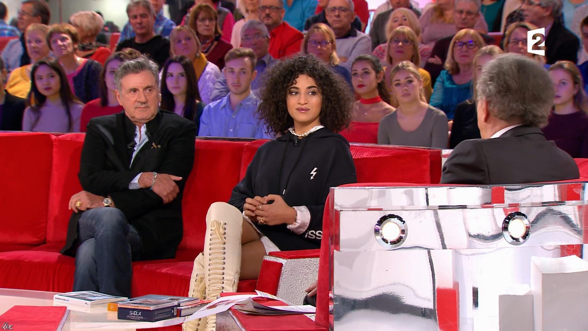 Camelia Jordana dans Vivement Dimanche. Diffusé à la télévision le 12/11/17.