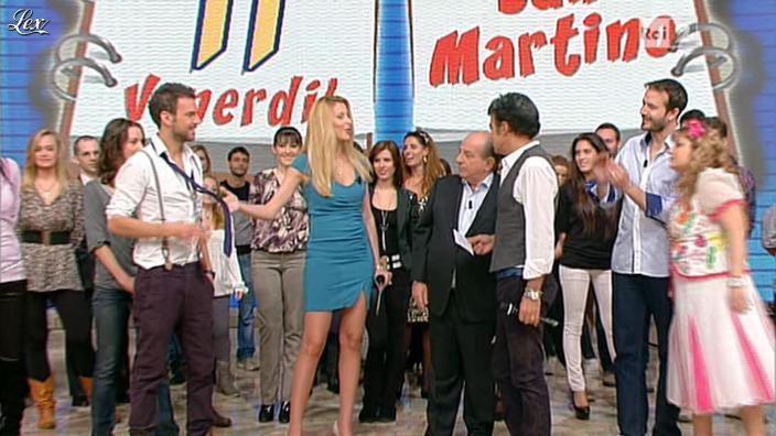 Adriana Volpe dans I Fatti Vostri. Diffusé à la télévision le 11/11/11.