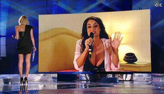 Alessia Marcuzzi et Cristina Del Basso dans Grande Fratello. Diffusé à la télévision le 26/10/09.