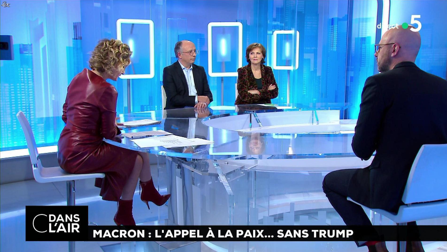 Caroline Roux dans C dans l'Air. Diffusé à la télévision le 12/11/18.