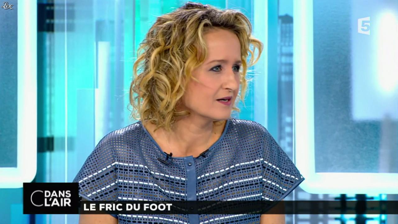 Caroline Roux dans C dans l'Air. Diffusé à la télévision le 29/05/15.
