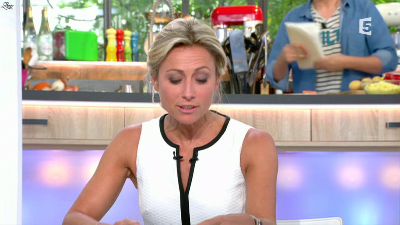 Anne-Sophie Lapix dans C à Vous. Diffusé à la télévision le 13/05/16.