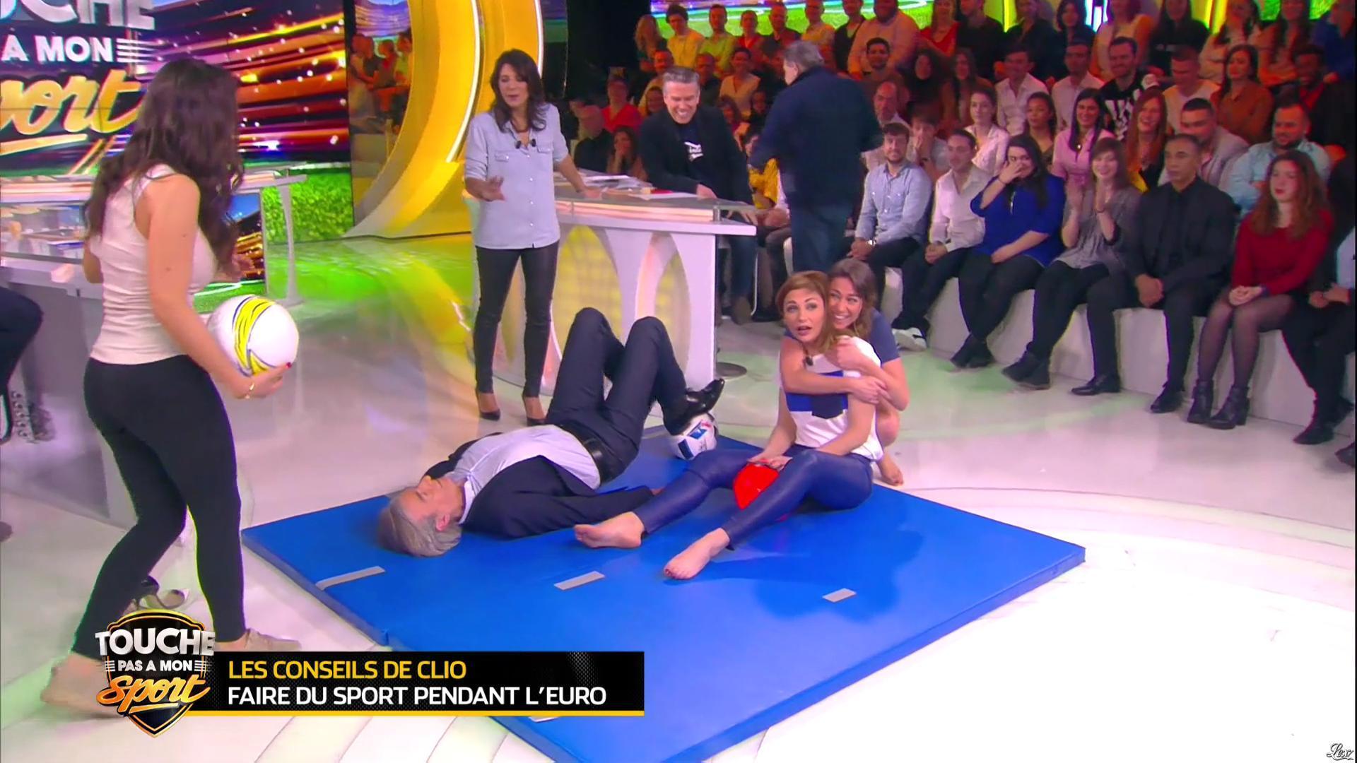 Estelle Denis et Ariane Brodier dans Touche pas à mon Sport. Diffusé à la télévision le 02/03/16.