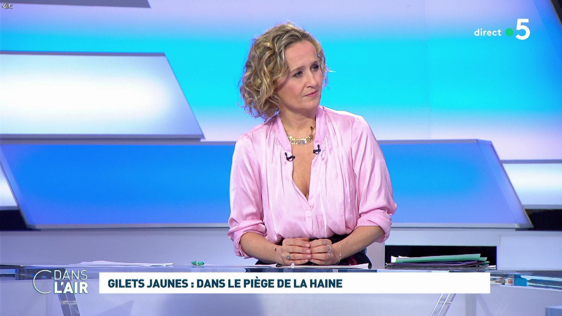 Caroline Roux dans C dans l'Air. Diffusé à la télévision le 18/02/19.