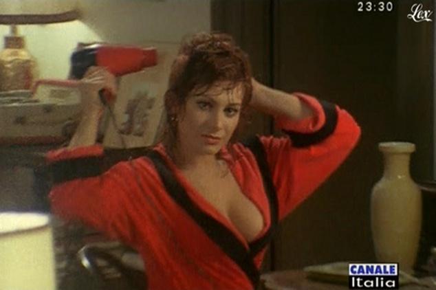 Carmen Russo dans Mia Moglie Torna à Scuola. Diffusé à la télévision le 05/10/09.