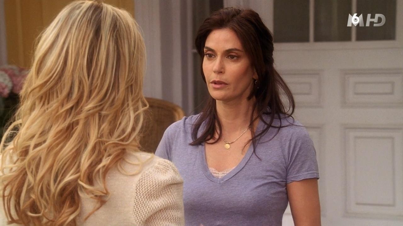 Julie Benz et Teri Hatcher dans Desperate Housewives. Diffusé à la télévision le 10/11/15.