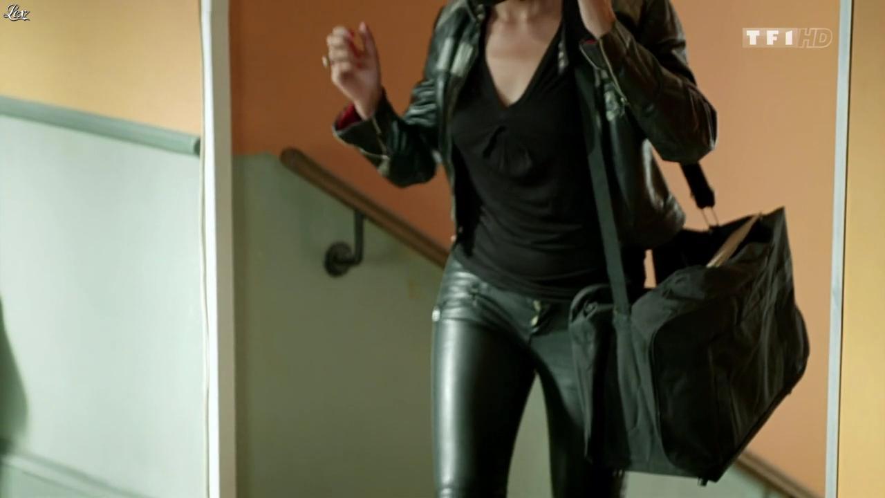 Sandrine Quétier dans Nos Chers Voisins. Diffusé à la télévision le 16/12/13.