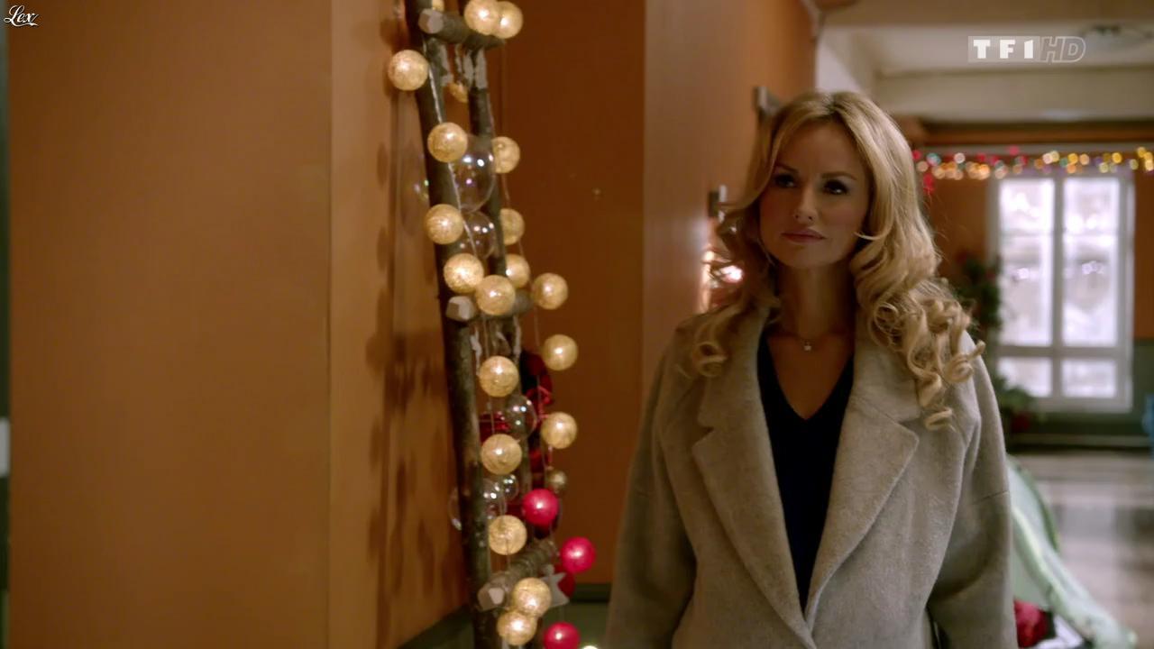 Adriana Karembeu dans Nos Chers Voisins Fêtent Noel. Diffusé à la télévision le 26/12/14.