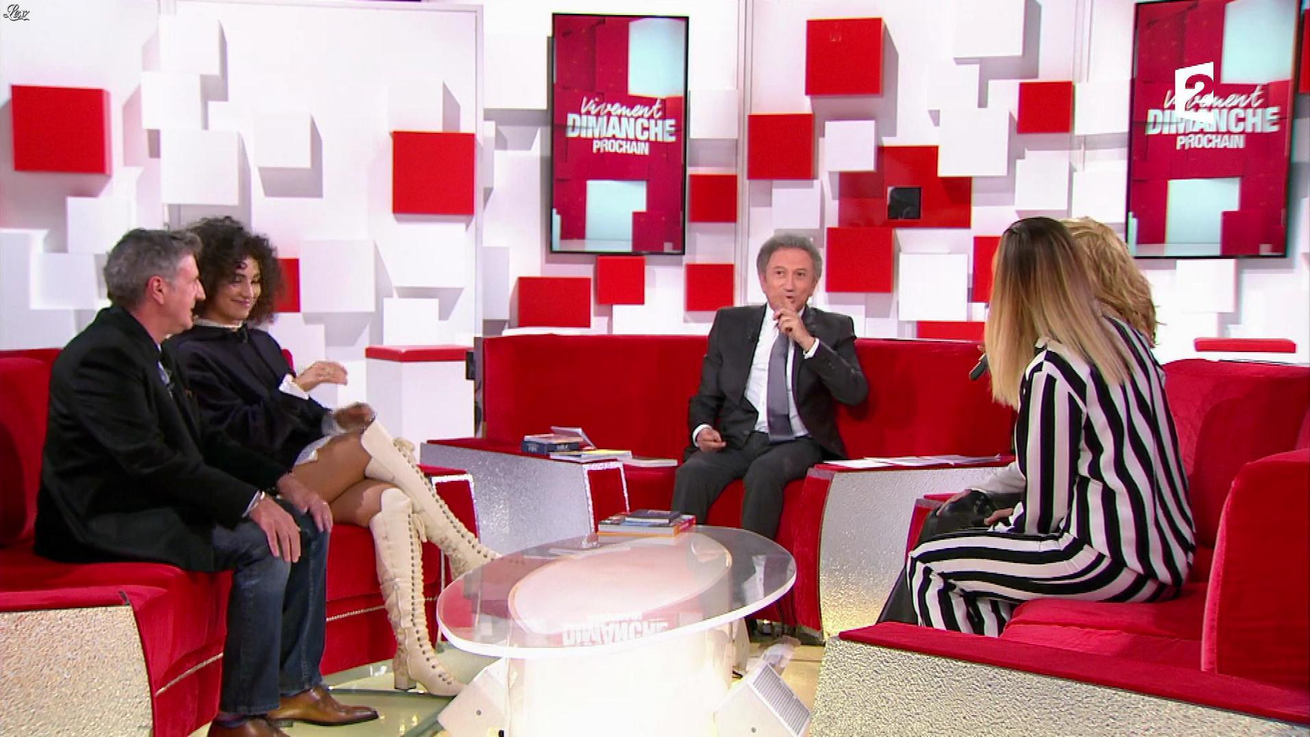 Camille Lou dans Vivement Dimanche. Diffusé à la télévision le 12/11/17.