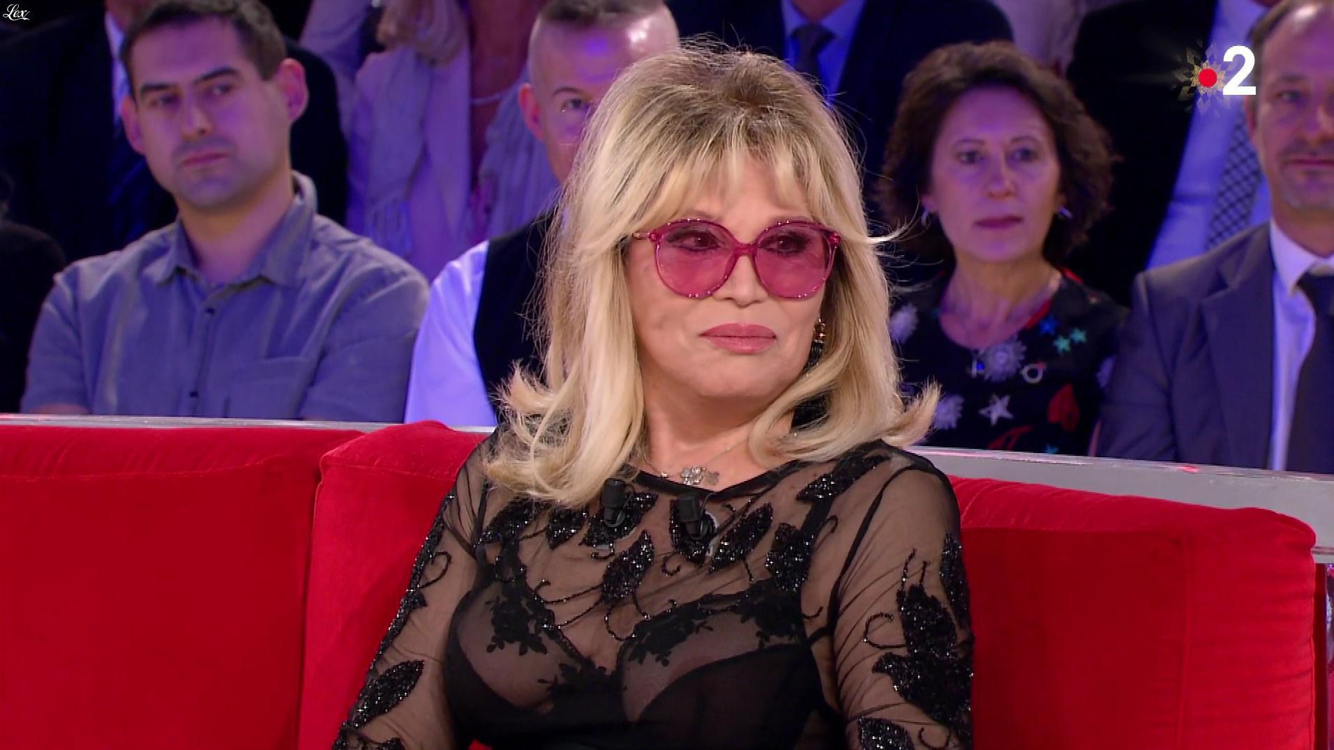 Amanda Lear dans Vivement Dimanche. Diffusé à la télévision le 23/12/18.